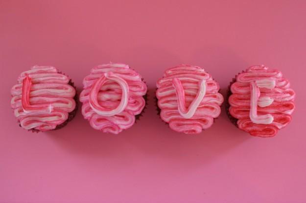 cupcakes-formando-la-palabra-love