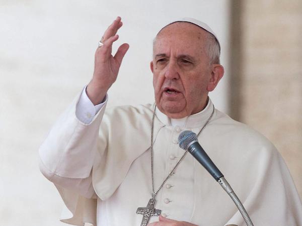 """PP07 CIUDAD DEL VATICANO (VATICANO) 19/03/2014.- El papa Francisco interviene durante su audiencia general de los miŽrcoles, en la Plaza de San Pedro, en la Ciudad del Vaticano hoy, 19 de marzo de 2014. El papa Francisco salud— y felicit— hoy a todos los padres que celebran su d'a y les inst— a estar cerca de sus hijos, a educarles, pero tambiŽn a """"dejarlos crecer"""", durante un pasaje de la homil'a de la audiencia general celebrada en la Plaza de San Pedro. EFE/Claudio Peri"""